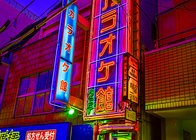 Neonlichter in Shimo Kitazawa in Tokyo, Japan als Farbphoto