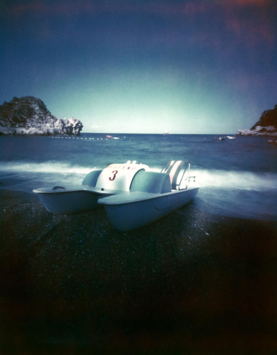Tretboot am Strand von Taormina, Italien, mit einer Camera Obscura auf Polroidfilm aufgenommen als Farbphoto