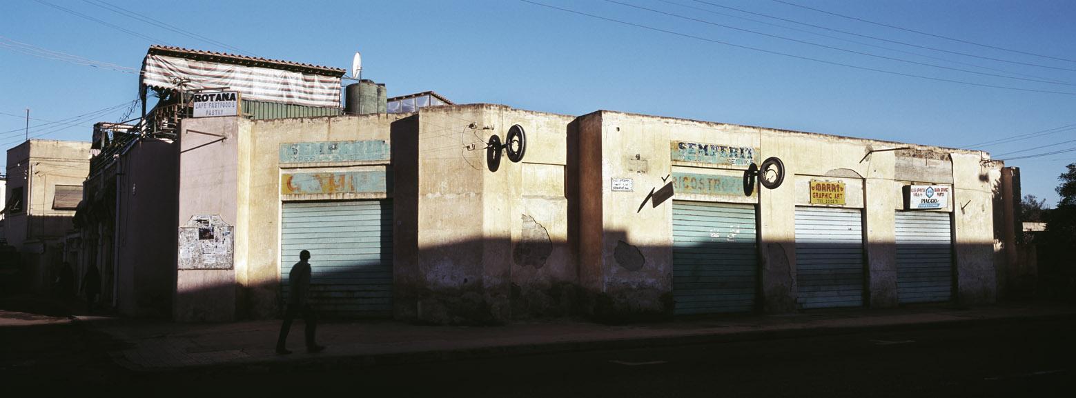 Verlassene Werkstatt in der Sematat Avenue in Asmara, Eritrea, als Farbphoto im Panorama-Format