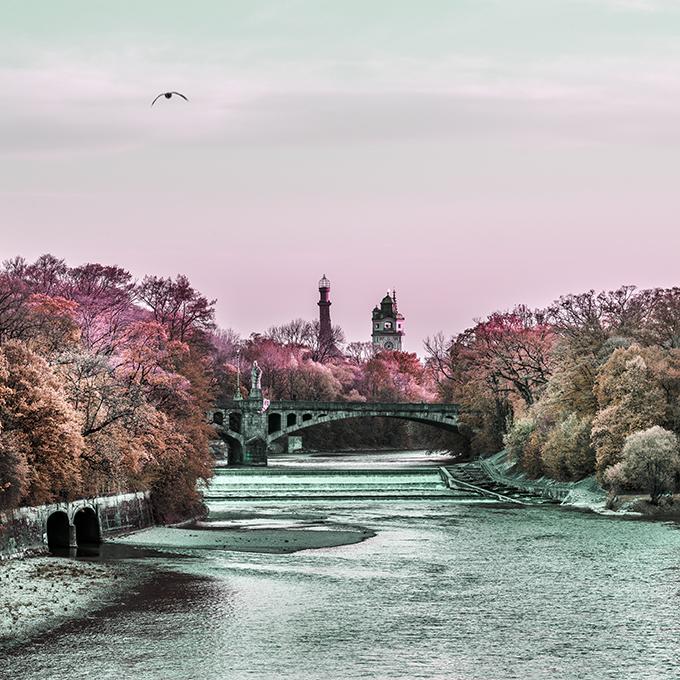 Die Isar 2019 mit dem Müllerschen Volksbad im Hintergrund als Photographie in Farbe, Muenchen
