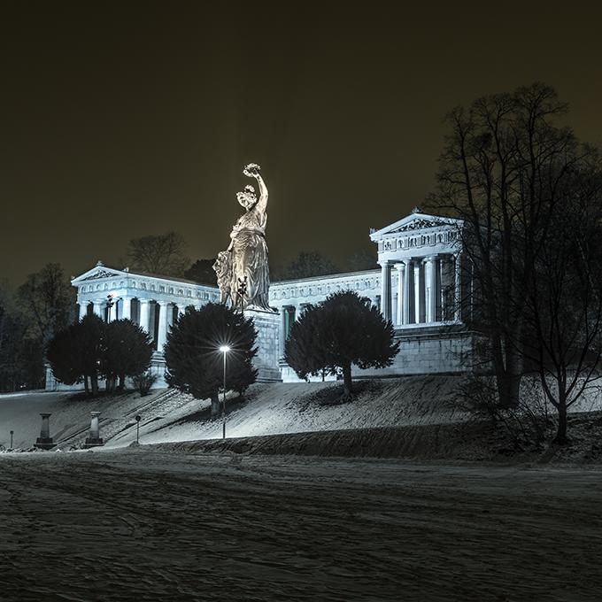 Abendstimmung im Schnee der Bavaria im Winter 2017 als Farb-Photographie, Muenchen