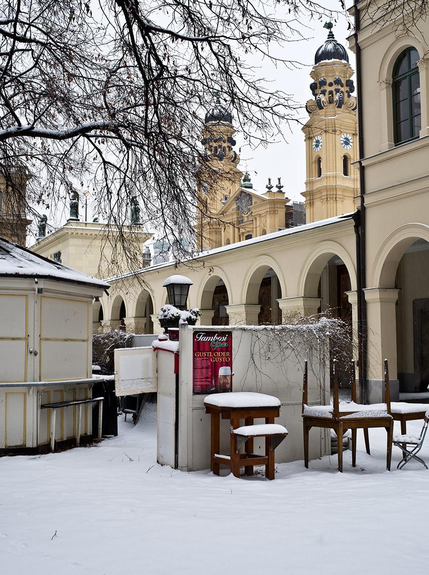 Theatiner Kirche im Schnee vom ehemaligen Café Tambosi als Farb-Photographie, Muenchen