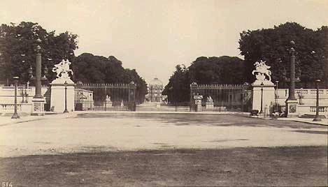 Pavillon central du château vu de la place de la Concorde.Source «211.3 Bolladriere depuis la Concorde Tuileries» par Anonyme : http://bit.ly/1g9exoN . Sous licence Domaine public via Wikimedia Commons