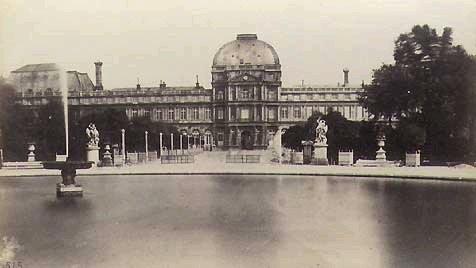 Pavillon central du château vu du jardin. Source  http://www.tuileries.org/page.php?id=bolladriere.cote.jardin