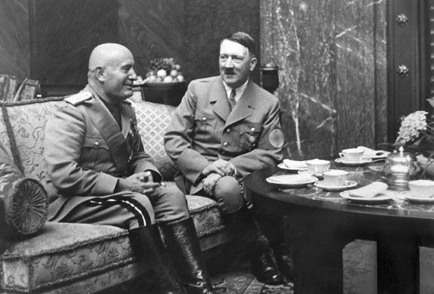 """Воспоминания Юджина Доллманна , переводчика переговоров между Гитлером и Муссолини, опубликованные в 1949 году, в них он пишет, что является одним из немногих посвященных в секрет жизни Гитлера"""", его гомосексуализм"""