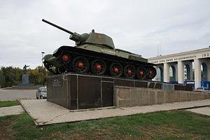Площадь Дзержинского и проходная танкового завода. В разгар боёв, выходившие из проходной танки тут же вступали в бой.