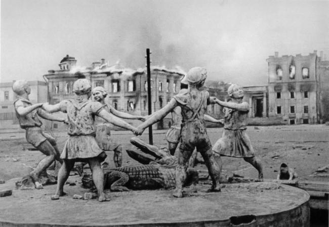 Фонтан «Детский хоровод» на вокзальной площади Сталинграда после налета фашистской авиации.
