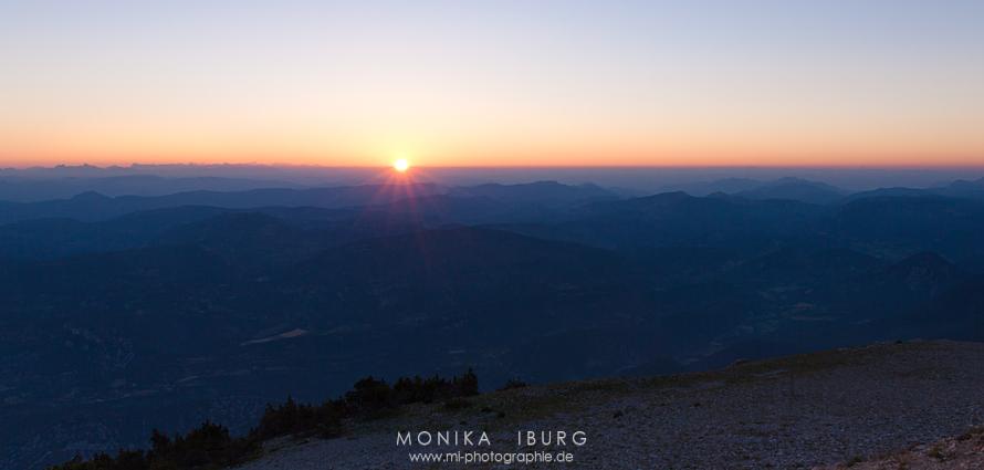 5:59:25 - Die Sonne schiebt sich über den Horizont