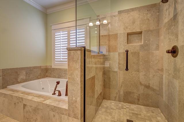 Salle de bain en marbre et verre