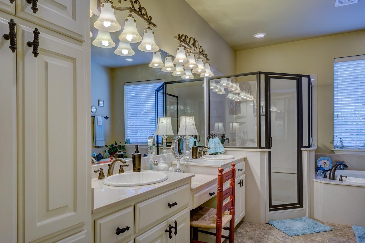 cabine de douche industrielle dans une décoration classique