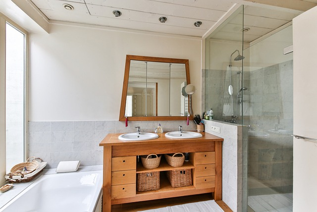 Salle de bain bois nature et verre