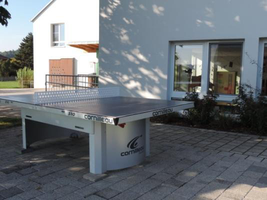 Bei schönem Wetter geht es nach draußen: Unsere neue Tischtennisplatte  ist bei allen sehr beliebt!
