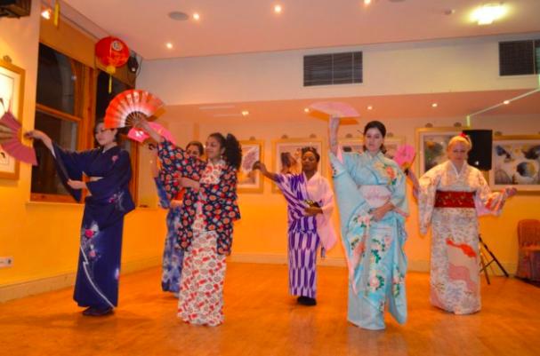2012年度のアジアンナイトでは、世界各国のガールズによる日本舞踊が披露されました。