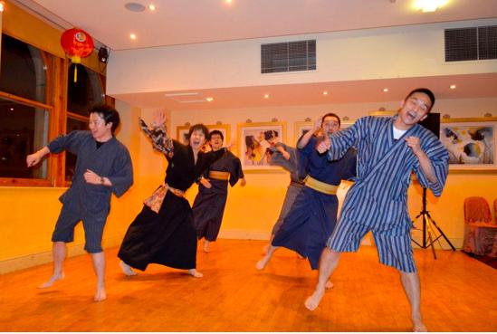 日本人学生によるマツケンサンバは、パーティーの中で一番盛り上がりました。