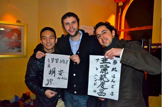 舞台演目のほかに、各国の文化紹介するブースもあり、ここでは書道のパフォーマンスを行いました。クラスの仲間の名前を漢字で書くというイベントは大人気でした。