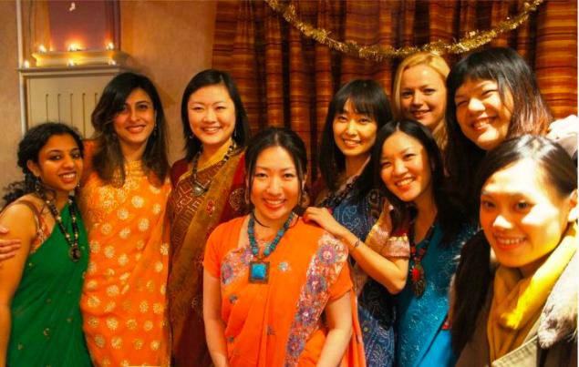 世界各国の伝統衣装を着るのもイベントの楽しみの一つです(ディワリナイト)。