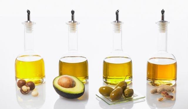 Différence de teintes entre des huiles : Macadamia, Avocat, Olive et Arachide (de gauche à droite). Getty images/Champion Photography Ltd