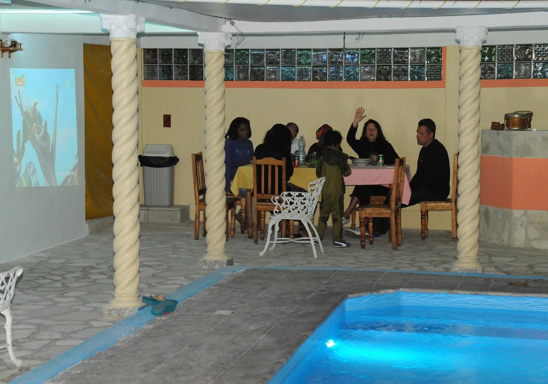 zona de comedor junto a la piscina