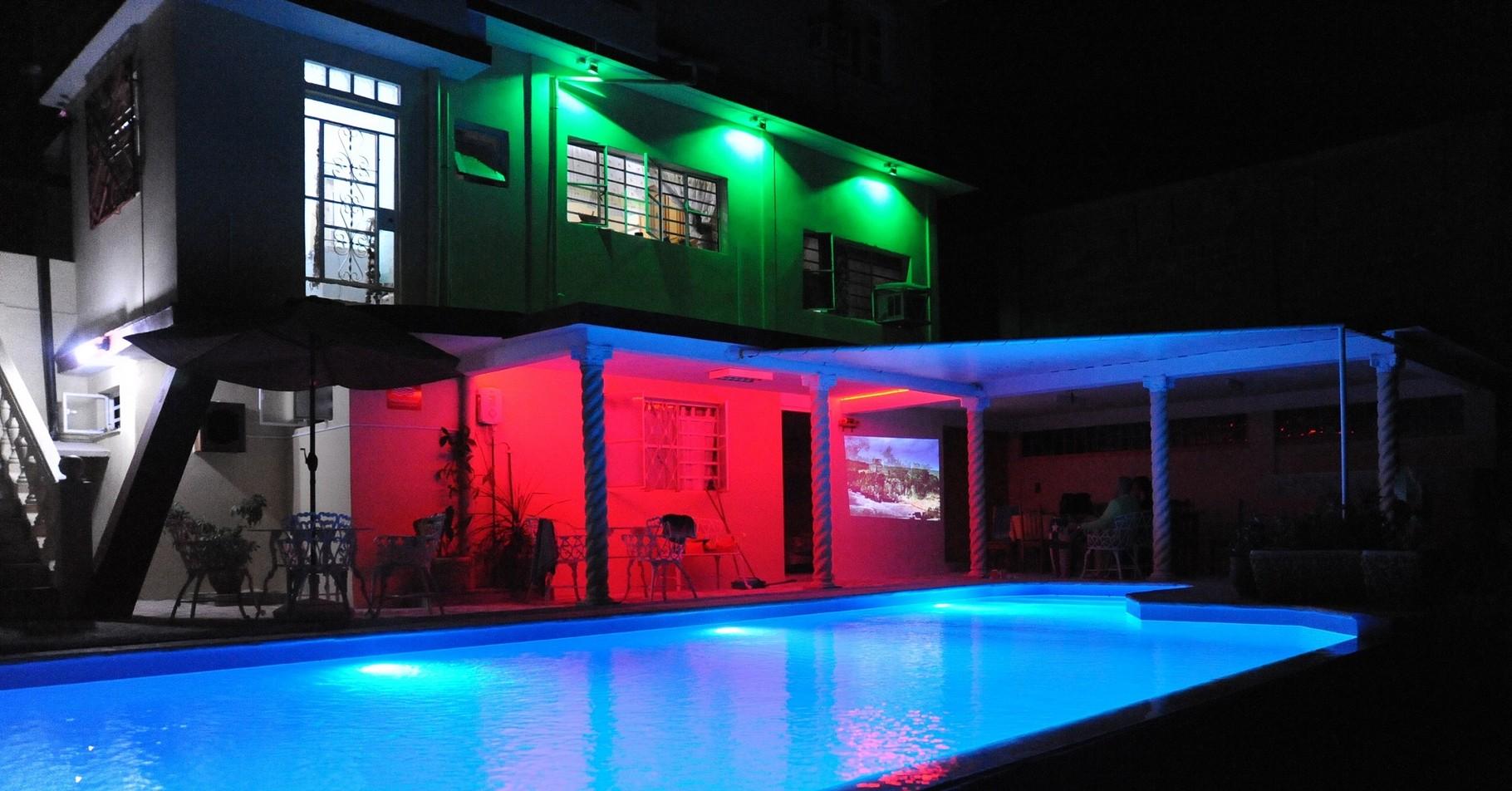 combinación de luz en la zona de la piscina