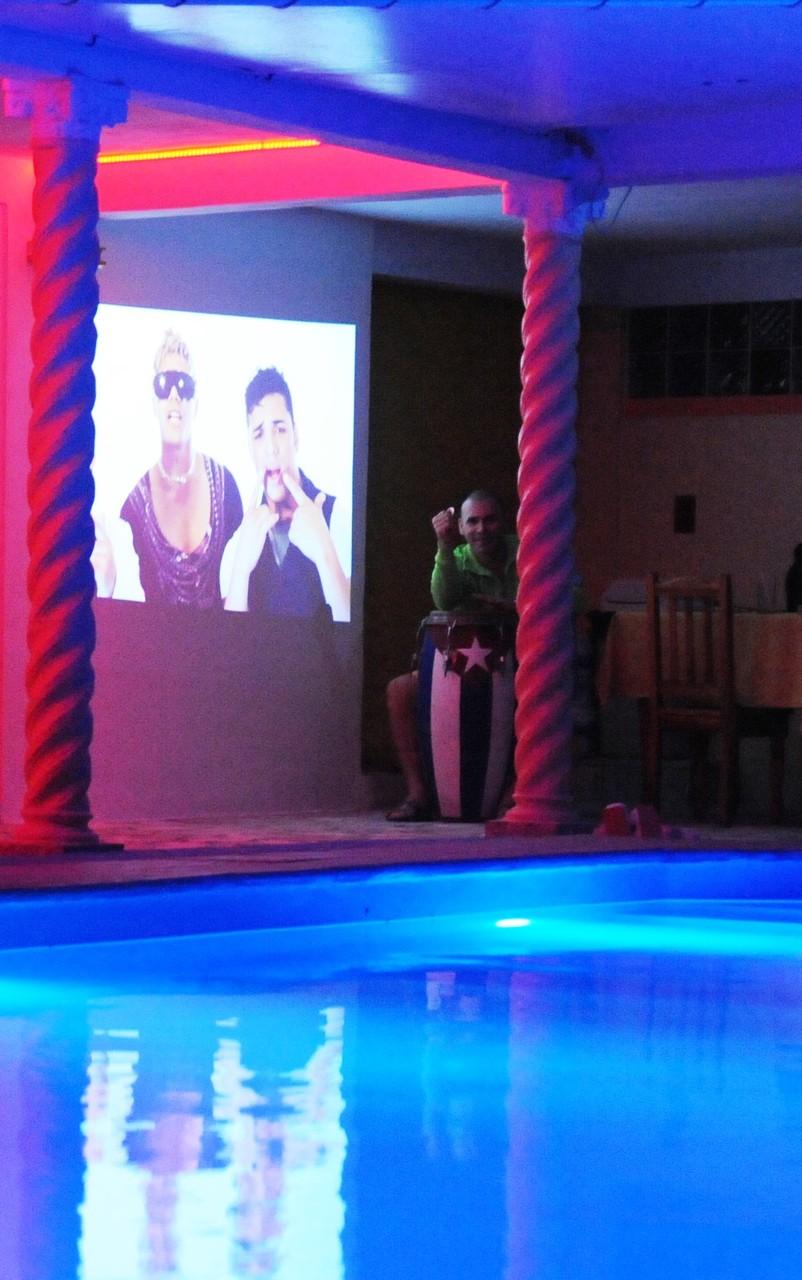 cine en casa de alta definición en la piscina
