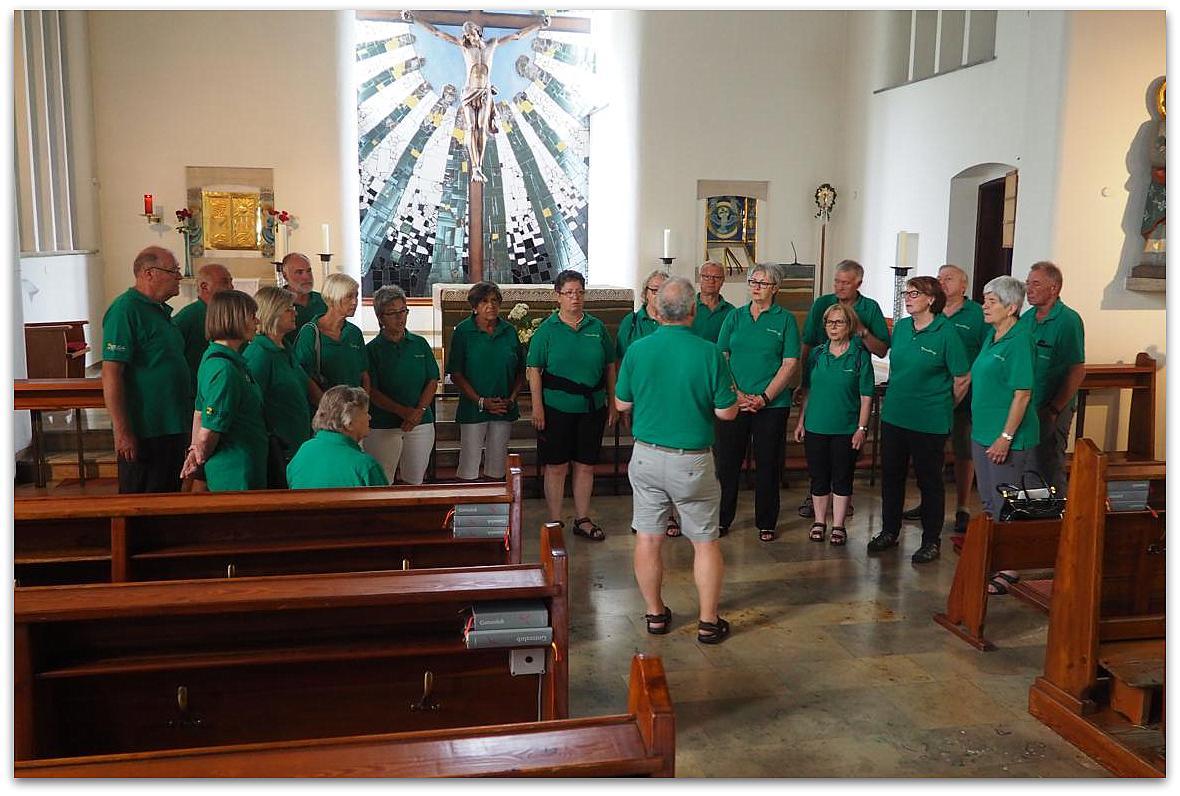 """Der Chor """"Vocalklang"""" singt ein Lied in der Hundertwasserkirche"""