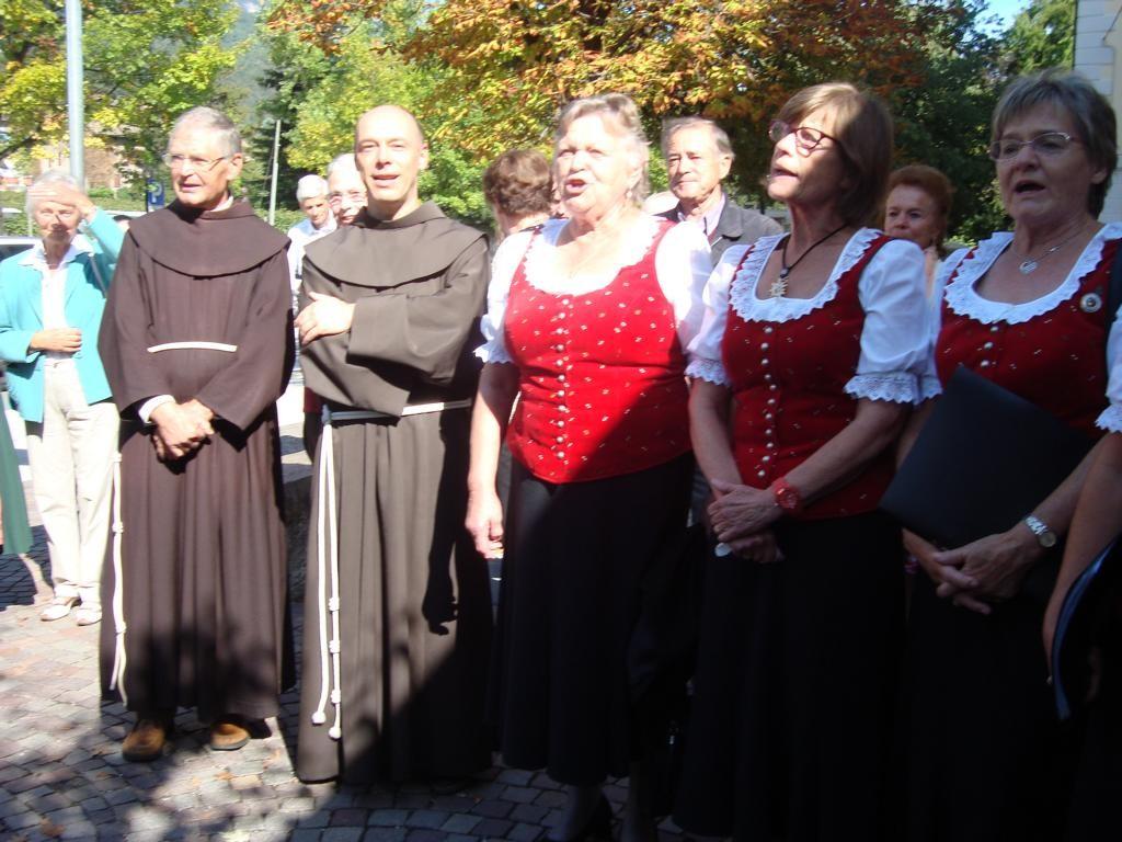 Pater Thomas sang einige Lieder mit uns mit