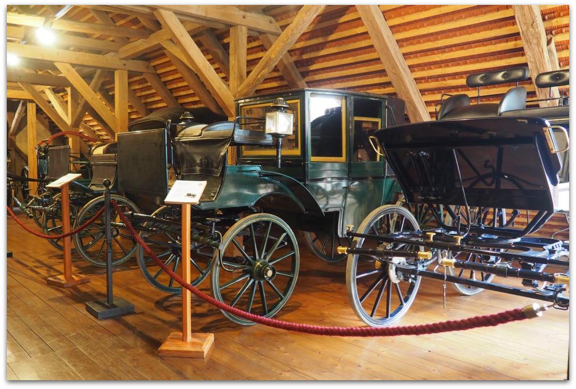 Historische Kutschen in der Wagenremise