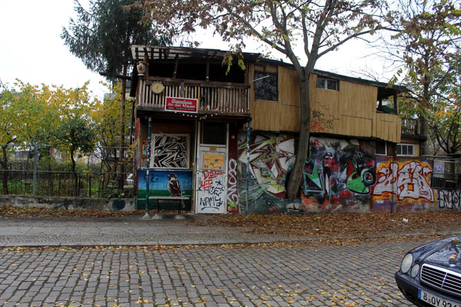 Facade of the tree house at the Berlin Wall