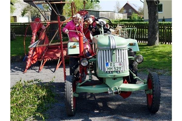 Die Oldtimer der Auetaler Treckerfreunde lockten vor allem die Kinder auf die Sitze und hinter die Lenkräder.