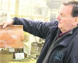 Rolf Prange mit einem Dachziegel aus der Ziegelei in Borstel