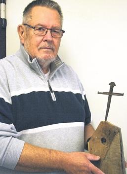 Karl Hampel freut sich über das jüngste Exponat für das Heimatmuseum:ein von dem Rodenberger Helmut Weikert geschaffenes Nagelkreuz, wie es in der Kathedrale von Coventry steht.