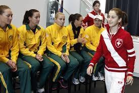 Belinda spaziert vor den Australierinnen vorbei im Feb 12