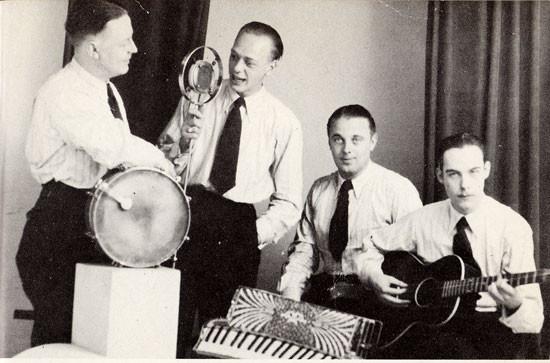 1937 John de Mol & his Swing Specials vlnr: Freddy de Ruyter (dr), Eddy de Jong (piano), John de Mol, Eddy Christiani (met Gibson Kalamazoo Jumbo gitaar)