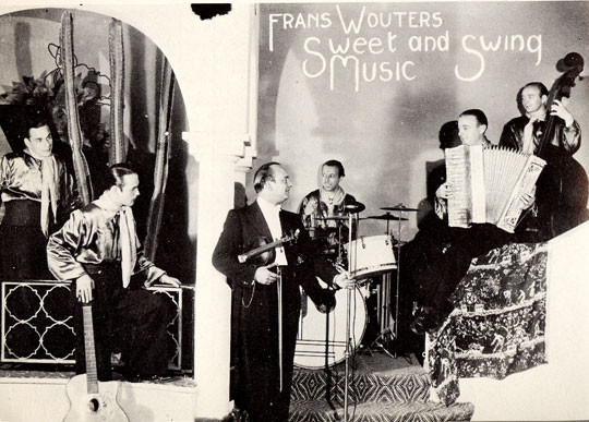 1940 Orkest Frans Wouters in Caliente, Lijnbaansgracht (Amsterdam) vlnr: Gilles Pirotte, Eddy Christiani (met Selmer Maccaferri gitaar), gastviolist (?), Antoine 'Muis' Martron, John de Mol en Frans Wouters