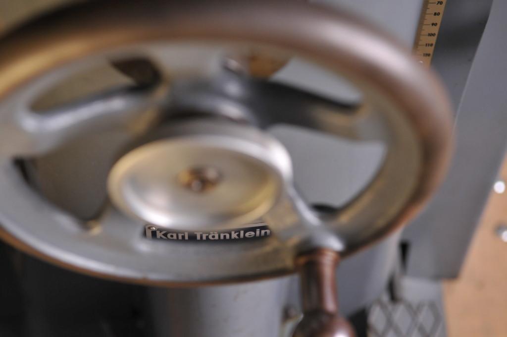 Buchweiterverarbeitungsmaschinen. Hier eine Buchrückenrundemaschine aus dem Hause Tränklein