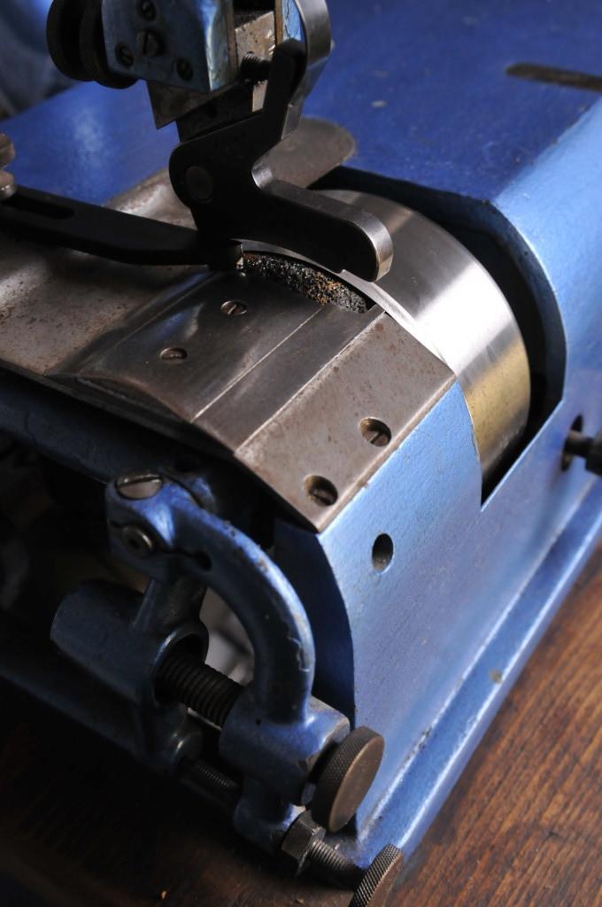 Lederschärf- und Spaltmaschinen. Hier eine Fortunaschärfmaschine