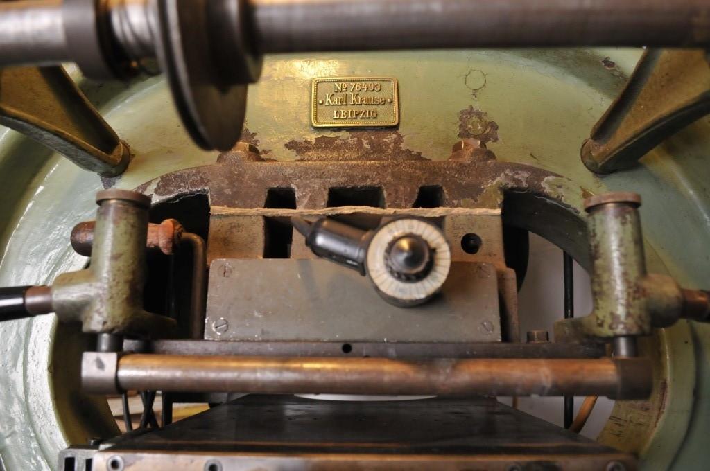 Sie könnte eine optische Auffrischung gebrauchen...eine Tischprägepresse der Firma Krause / Leipzig