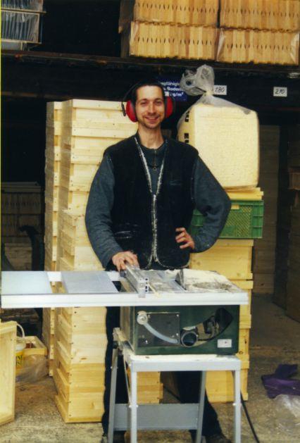 Bau der Magazinbeuten. Mit  einer Präzisionskreissäge werden Fichten- oder Weymouthskiefernbretter millimeter- und winkelgenau zugeschnitten...