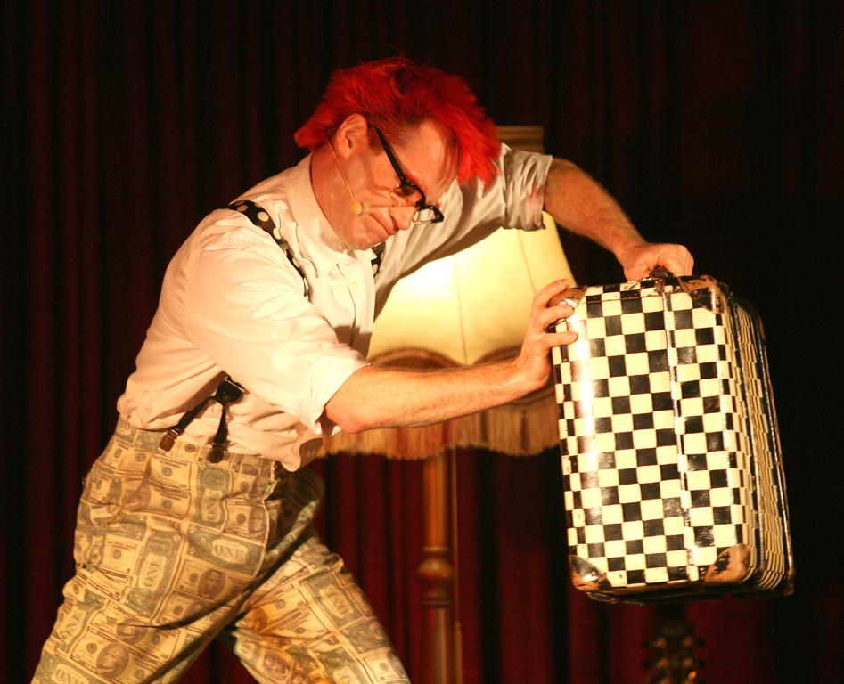 Christoph Engels kämpft mit seinem Koffer