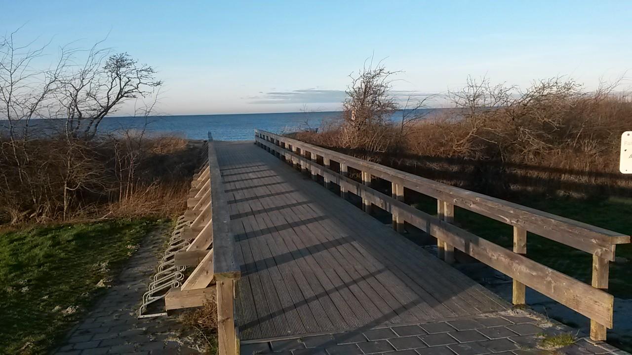 Holzbrücke zum Strand von Börgerende