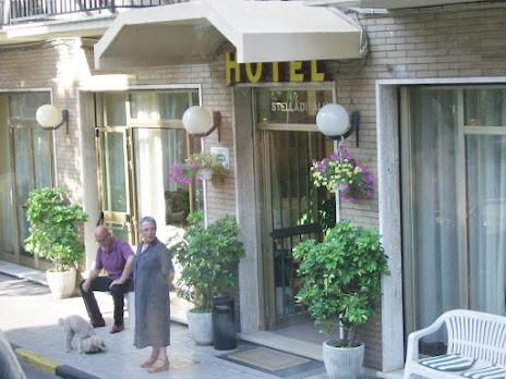 """Les adieux de la patrone de l'hôtel """"STELLA D'ITALIA"""" à Viareggio"""