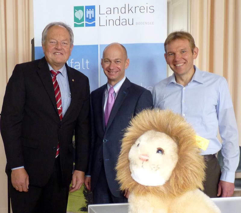 Landrat Elmar Stegmann und Jürgen Kopfsguter nehmen den Scheck des Lions Club Lindau für 2016 entgegen.