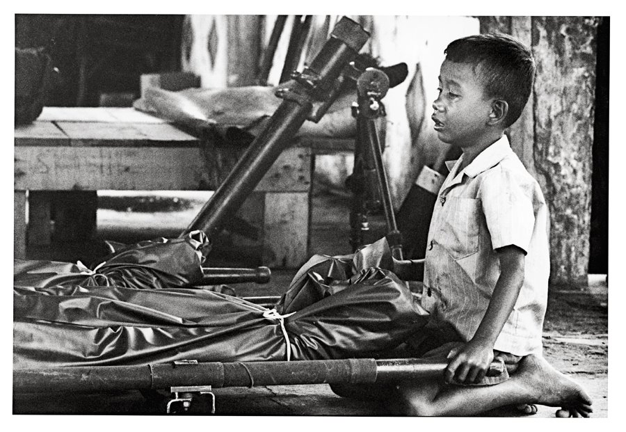 ©Christine Spengler - Cambodge. Enfant pleurant son père. 1974