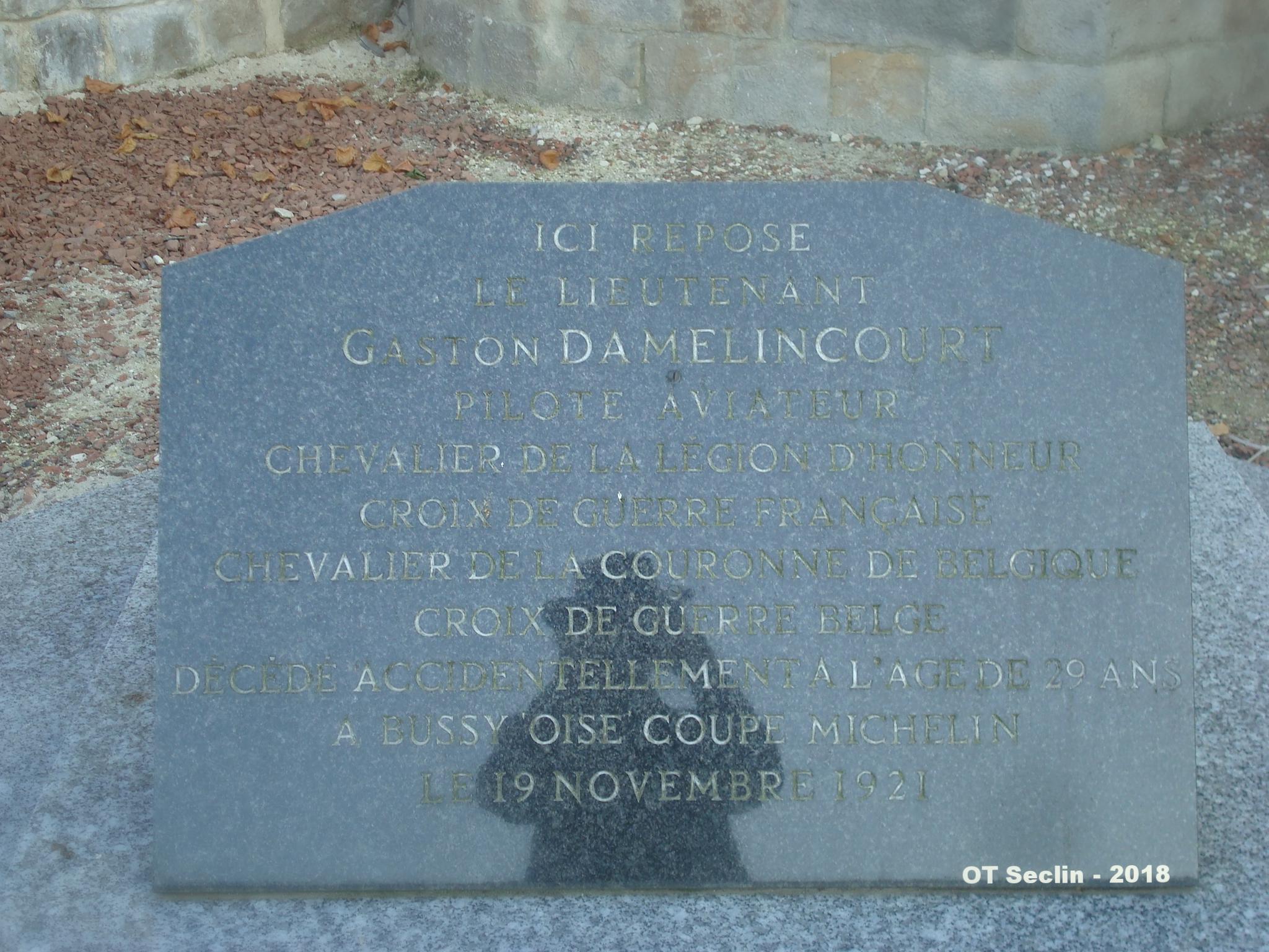 Tombe de l'aviateur Gaston Damelicourt (1892-1921), cimetière église Camphin-en-Carembault (Nord)