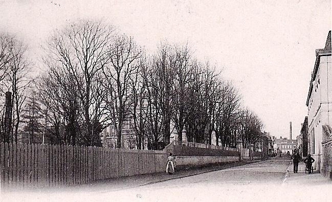 Seclin, rue de l'Hospice - notre actuelle rue Marx Dormoy. Le premier château Guillemaud apparaît derrière les arbres.Derrière lui, la filature familiale.