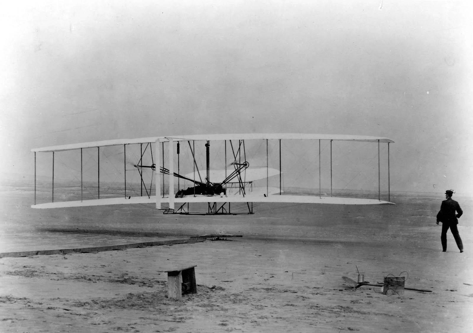 Vol du 17 Décembre 1903 des Frères Wright à Kitty-Hawk (Caroline du Nord) - Domaine public - John T. Daniels — U.S. Air Force photo First Flight