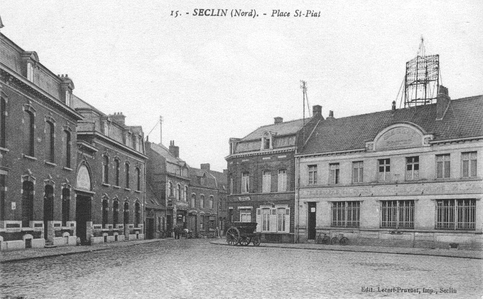 Place Saint Piat à l'époque de la Grande-Guerre, à gauche la Brasserie Lepoivre qui fut utilisée par les cartographes allemands.