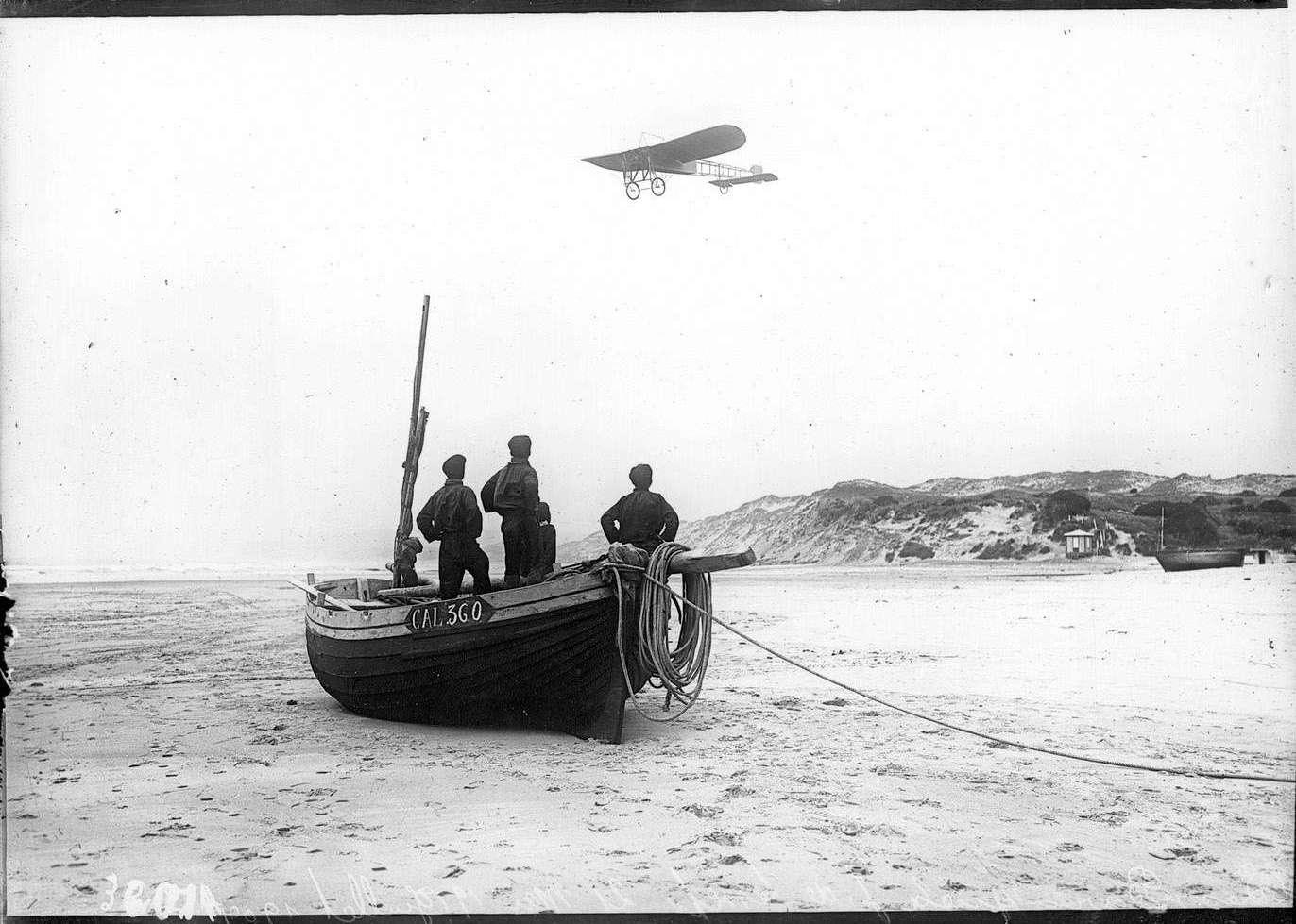Le vol de Louis Blériot pris sur la plage de Sangatte, 25 Juillet 1909 (source : Musée de l'Air et de l'Espace, Paris - Le Bourget - Agence Monde et Caméra)