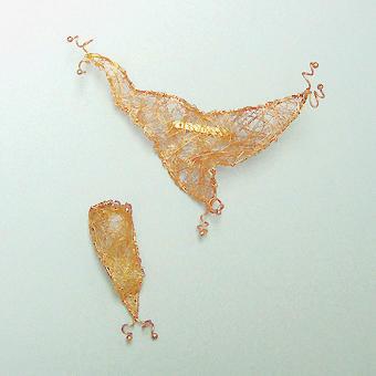 """Collection """"Chanvre"""" - 1993 Broche et anneau. Extrêmement minces fils de laiton , tissé à la main , doré ou argenté"""