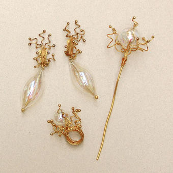 "Collection ""Sylphide"" - 1990 Earrings, ring and hair jewel. Iridescent Murano hand blown glass in bubble and ball shapes, set on golden brass wires."